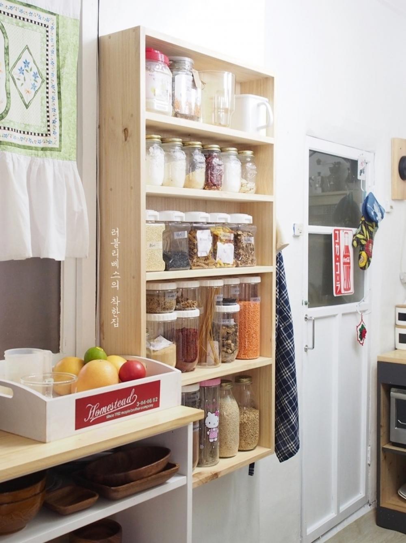 좁은 주방 수납 인테리어 벽걸이 선반장과 양념 정리